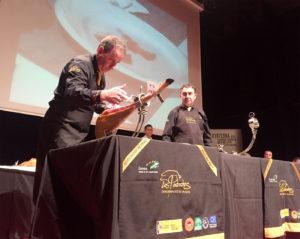 Pedro Pérez Casco y Clemente Gómez Alcántara durante el concurso al mejor jamón DOP Los Pedroches 2016