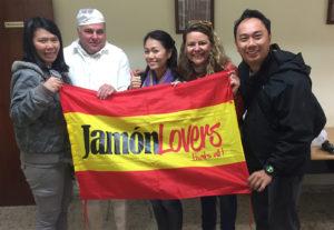 Visita a empresa elaboradora de jamón ibérico para la Televisión Singapur.