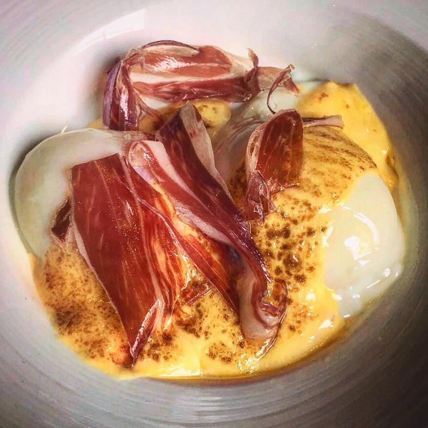 Huevos a baja temperatura con salsa holandesa y jamón ibérico
