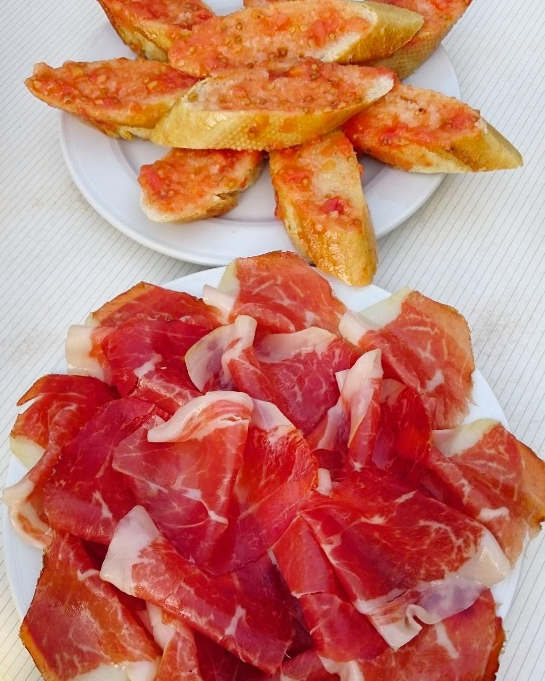 Tosta con tomate y jamón ibérico