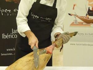 Cómo cortar un jamón, limpieza de la pieza