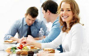 Comer en la oficina, Socializa