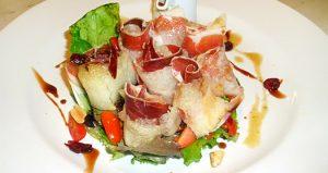 Ensalada de jamón ibérico y melón con vinagreta de frutos secos