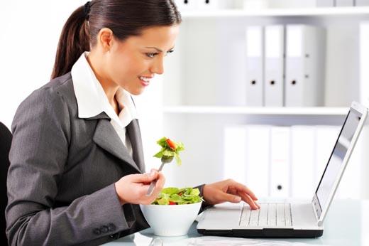 Procura no comer delante del ordenador