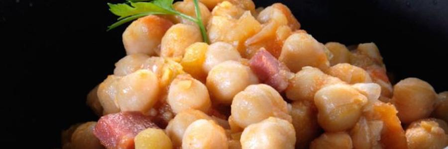 Garbanzos con salsa de jamón ibérico y tomate