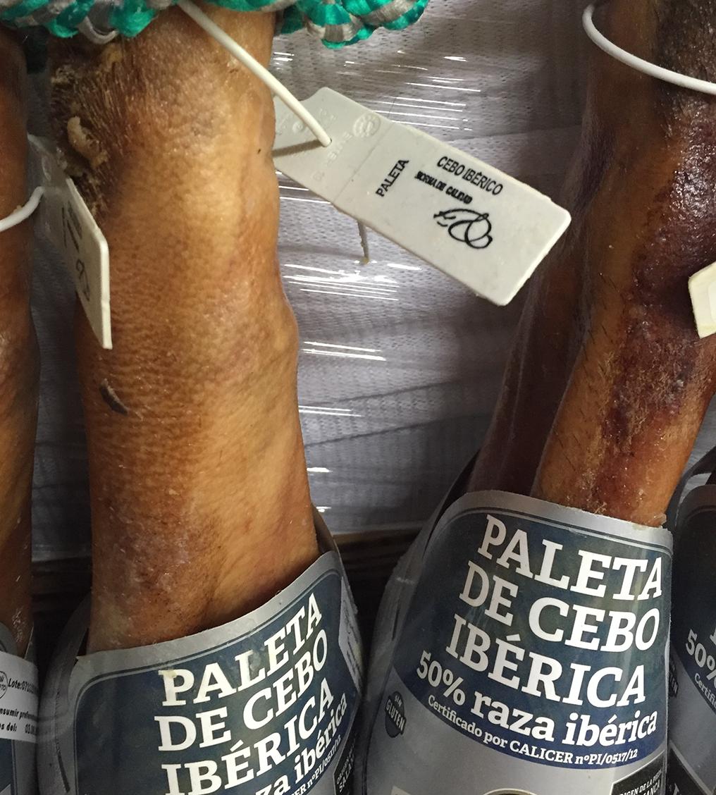 Paletilla de Cebo Ibérico. Precinto blanco y etiquetado norma de calidad del jamón ibérico