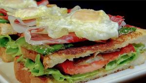 Sándwich vegetal con jamón ibérico, setas, pimientos y huevo