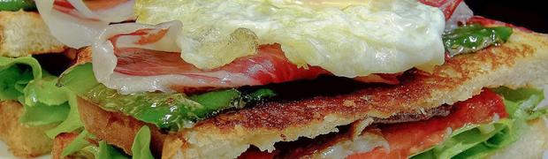 Sándwich vegetal con jamón ibérico, setas, pimientos y huevo de cordorniz