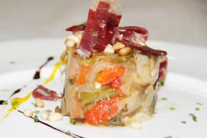 Timbal de verduras asadas con piñones y crujiente de jamón ibérico