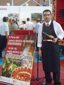 Clemente Gómez, ganador del concurso de cortadores de jamón de Villanueva de Córdoba 2006