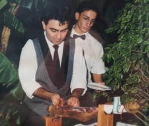 Clemente Gómez en sus inicios como cortador de jamón