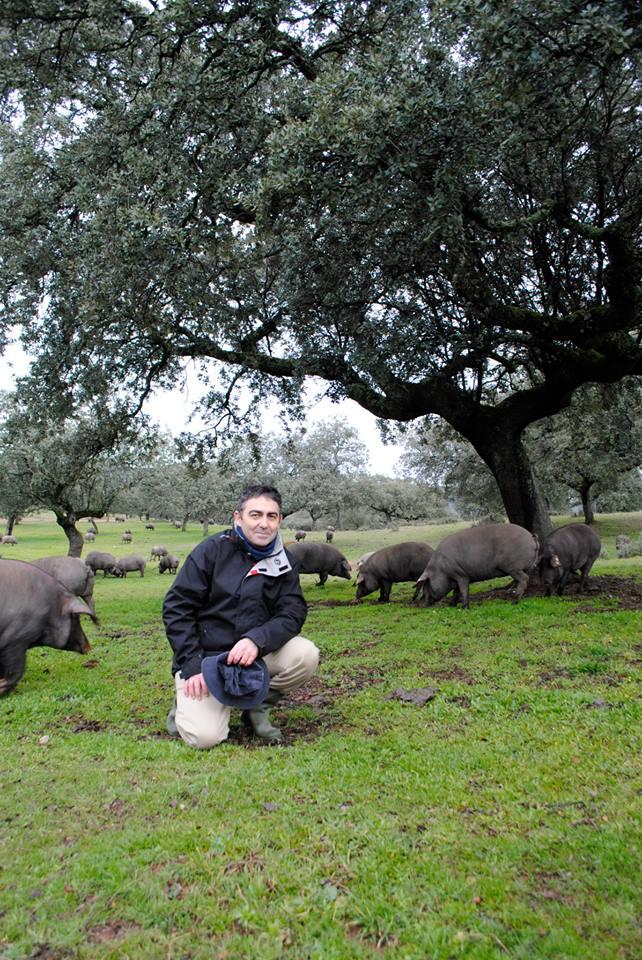 Clemente Gómez Alcántara visitando la dehesa