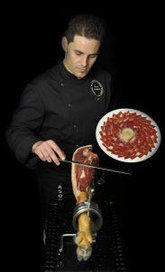 Pedro Mora, cortador profesional de jamón