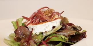 Ensalada de queso de cabra caramelizado con jamón ibérico