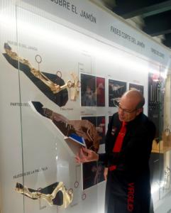 Virgilio Sánchez explicando las partes del jamón ¡oh! Espacio del Jamón en La Alberca