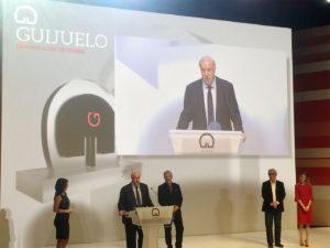Vicente del Bosque recogiendo su premio en la Gala 30 Aniversario DOP Guijuelo