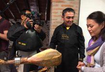 Momento de cata y corte de jamón de bellota 100% ibérico DOP Los Pedroches. Televisión Singapur.